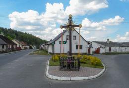 Krzyż przydrożny stojący na rozstaju dróg. Radolin, gmina Trzcianka, czarnkowsko-trzcianecki.