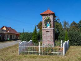 Kapliczka przydrożna. Radosiew, gmina Czrnków, czarnkowsko-trzcianecki.