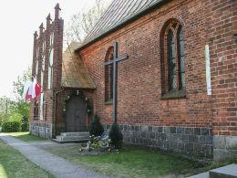 Krzyż przy kościele przy dawnym kościele ewangelickim, ob. katolickim pw. Najświętszego Serca Pana Jezusa. Siedlisko, gmina Trzcianka, czarnkowsko-trzcianecki.