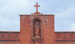 Kapliczka w szczycie kaplicy cmentarnej. Wieleń, czarnkowsko-trzcianecki.