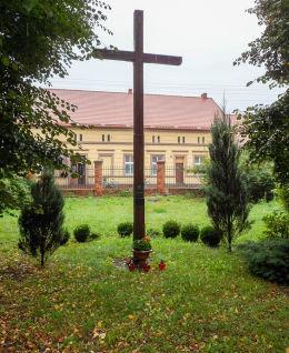 Krzyż przy kościele parafialnym św. Michała Archanioła i Wniebowzięcia NMP. Wieleń, czarnkowsko-trzcianecki.