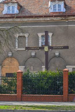 Krzyż przydrożny przy ulicy Ludwiczaka. Gniezno, powiat gnieźnieński.