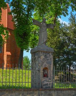 Figura Chrystusa stojąca obok kościoła św. Michała Archanioła na ulicy Wyszyńskiego. Gniezno, powiat gnieźnieński.