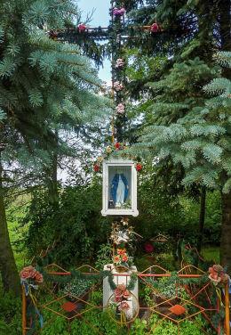Krzyż przydrożny metalowy z kapliczką. Goślinowo, gmina Gniezno, powiat gnieźnieński.