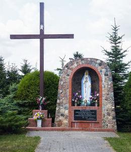 Kapliczka grota z 1997 r. Goślinowo, gmina Gniezno, powiat gnieźnieński.