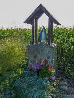 Kapliczka przydrożna stojąca na skraju wsi przy drodze w kierunku Strzyżewa Paczkowego. Jastrzębowo, gminaTrzemeszno, powiat gnieźnieński.