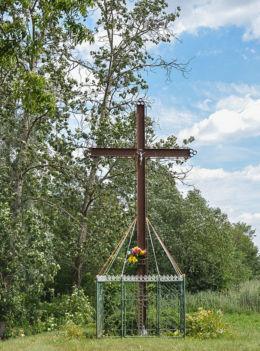 Krzyż przydrożny metalowy. Mączniki, gmina Gniezno, powiat gnieźnieński.