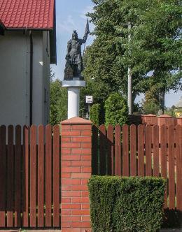 Figura św.Floriana przed budynkiem remizy strażackiej. Modliszewo, gmina Gniezno, powiat gnieźnieński.