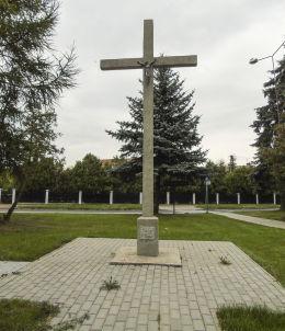 Krzyż przydrożny na skwerze przy ulicy Parkowej. Niechanowo, powiat gnieźnieński.