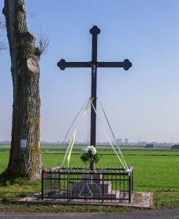 Przydrożny krzyż. Obórka, gmina Gniezno, powiat gnieźnieński.