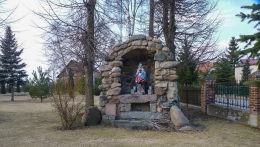 Kaplica-grota koło kościoła św.Stanisława biskupa. Sokolniki gmina Mieleszyn, powiat gnieźnieński.