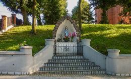 Przydrożna kapliczka w formie groty. Strzyżewo Kościelne, gmina Gniezno, powiat gnieźnieński.
