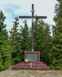 Drewniany krzyż przydrożny z 2000 r. Zdziechow, gmina Gniezno, powiat gnieźnieński.