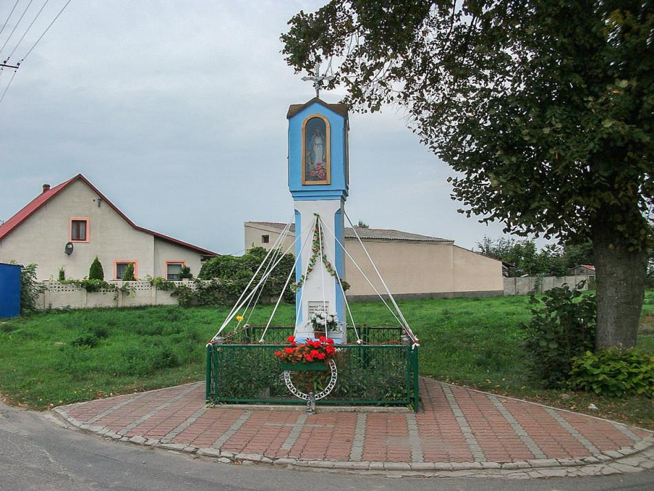 Przydrożna kapliczka Matki Boskiej. Doły, gmina Kamieniec, powiat grodziski.