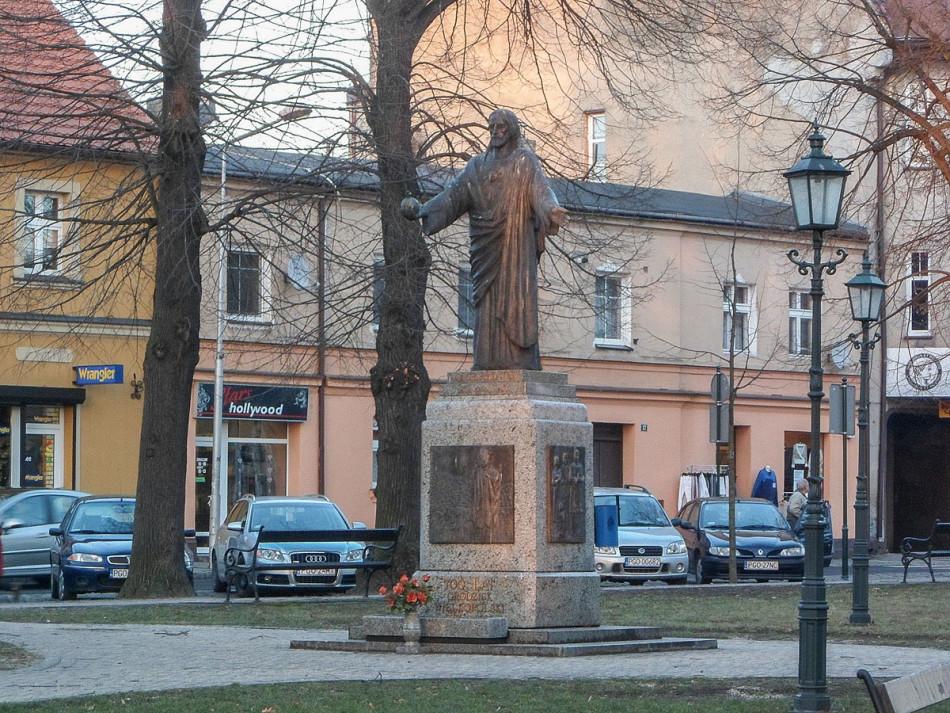 Przydrożna figura Chrystusa Króla na Placu Świętej Anny. Grodzisk Wielkopolski, powiat grodziski.