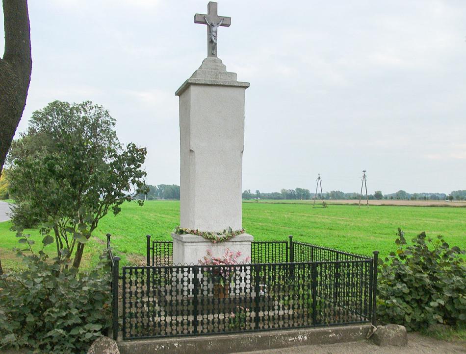 Kamienny krzyż przydrożny przy ulicy Szkolnej. Konojad, gmina Kamieniec, powiat grodziski.