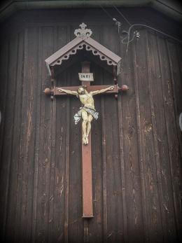 Krzyż pasyjny na ścianie prezbiterium kościoła Ducha Św. i Św. Krzyża. Wilczyn, powiat koniński.