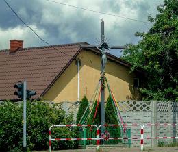Krzyż przydrożny u zbiegu ulic Tuliszkowskiej i Parkowej. Żychlin, gmina Stare Miasto, powiat koniński.