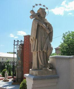 Późnobarokowa figura św. Jana Nepomucena z XVIII wieku przy plebanii kościoła NMP Wniebowziętej. Kościan, powiat kościański.