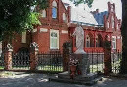 Przydrożna figura Najświętszego Serca Jezusowego przy kościele NMP Wniebowziętej. Kościan, powiat kościański.