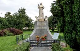 Przydrożna kapliczka Serca Jezusowego na skwerze Jana Pawła II. Powstał w 1925 r., rozebrany w 1940 r. przez Niemców, powrócił na dawne miejsce w 1999 r. Kościan, powiat kościański.