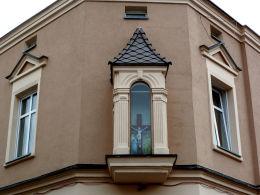 Kapliczka na ścianie kamienicy przy ulicy Surzyńskiego 30 z początków XX w. Kościan, powiat kościański.
