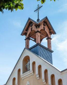 Figura Matki Boskiej w szczycie kaplicy szpitalnej św. Zofii. Kościan, powiat kościański.