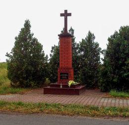 Przydrożny krzyż kamienny na murowanym postumencie. Bieżyń, gmina Krzywiń, powiat kościański.