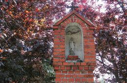 Neogotycka kapliczka słupowa przy ulicy 27 Stycznia. Czacz, gmina Śmigiel, powiat kościański.