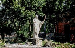 Figura Chrystusa w ogrodzie plebanii. Czempiń, powiat kościański.