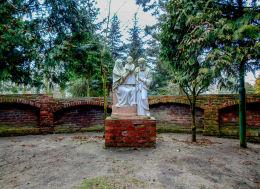 Kapliczka Świętej Rodziny przy kościele parafialnym św. Katarzyny Aleksandryjskiej. Głuchowo, gmina Czempiń, powiat kościański.