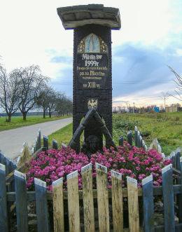 Przydrożna kapliczka – drogowskaz przy drodze prowadzącej do ruin kościoła św. Marcina z XIII w. Gryżyna, gmina Kościan, powiat kościański.
