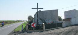 Krzyż przydrożny przy wyjeździe w kierunku Jurkowa. Januszewo, gmina. Kościan, powiat kościański.