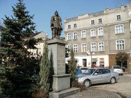 Przydrożna figura św. Floriana ufundowana w 2007 r. w 135 rocznicę OSP Krotoszyn. Krotoszyn, powiat krotoszyński.
