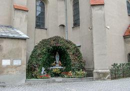 Grota Matki Bożej przy kościele św. Jana Chrzciciela. Rozdrażew, powiat krotoszyński.
