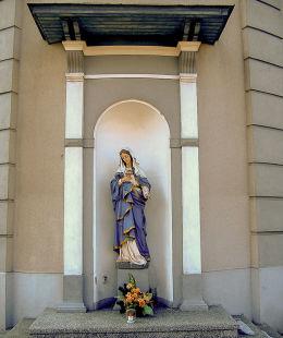 Kapliczka z figurą Matki Boskiej w ścianie prezbiterium kościoła Wniebowzięcia NMP. Sulmierzyce, powiat krotoszyński.