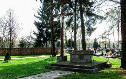 Krzyż na dawnym cmentarzu przykościelnym. Zduny, powiat krotoszyński.