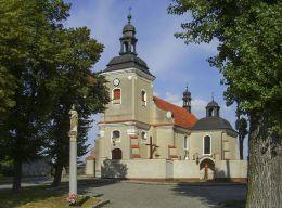 Przydrożna kapliczka słupowa przed kościołem NMP Śnieżnej. Pawłowice, gmina Krzemieniewo, powiat leszczyński.