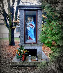 Kapliczka Matki Boskiej z Dzieciątkiem obok kościoła św. Jadwigi Śląskie. Brenno, gmina Wijewo, powiat leszczyński.