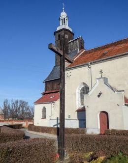 Krzyż i kościół pw. Wszystkich Świętych. Mórkowo, gmina Lipno, powiat leszczyński.