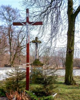 Krzyż pasyjny na cmentarzu przykościelnym. Oporowo, gmina Krzemieniewo, powiat leszczyński.