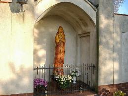 Kapliczka z drewnianą rzeźbą Matki Boskiej przy kościele Najświętszej Marii Panny Śnieżnej. Pawłowice, gmina Krzemieniewo, powiat leszczyński.