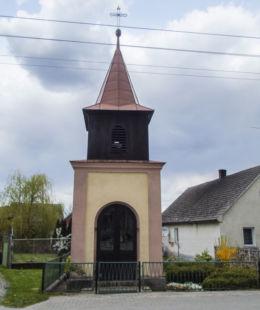 Przydrożna kapliczka domkowa Matki Boskiej. Potrzebowo, gmina Wijewo, powiat leszczyński.