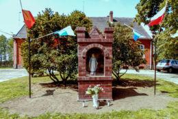 Kapliczka Matki Boskiej przed plebanią, Świerczyna, gmina Osieczna, powiat leszczyński.