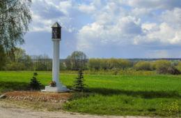 Przydrożna kapliczka kolumnowa z figurą Chrystusa przy drodze do Górki Duchownej. Targowisko, gmina Lipno, powiat leszczyński.