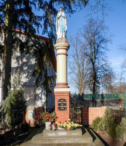 Przydrożna kapliczka kolumnowa z figurą Matki Boskiej. Wilkowice, gmina Lipno, powiat leszczyński.
