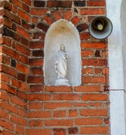 Kapliczka z figurką Chrystusa w murze kościoła Narodzenia NMP. Zbarzewo, gmina Włoszakowice, powiat leszczyński.