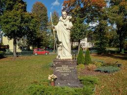 Przydrożna figura Chrystusa Dobrego Pasterza ufundowana przez mieszkańców dla uczczenia papieża Jana Pawła II. Boruja Kościelna, gmina Nowy Tomyśl, powiat nowotomyski.