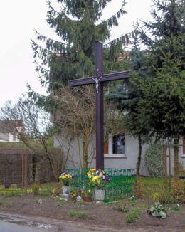 Krzyż przydrożny przy drodze do Nowego Tomyśla. Chmielinko, gmina Lwówek, powiat nowotomyski.