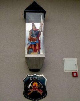 Kapliczka św. Floriana na ścianie remizy strażackiej. Chrośnica, gmina Zbąszyń, powiat nowotomyski.